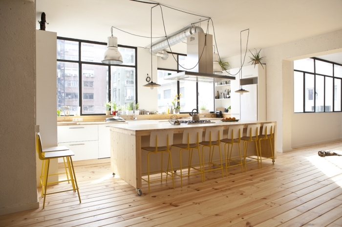comment aménager une cuisine de style moderne avec plan de travail ilot central de bois clair et éclairage à design cordes noires