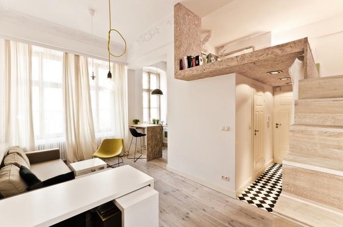 intérieur chaleureux aménagé avec meubles et accessoires de nuances naturelles en beige marron et jaune
