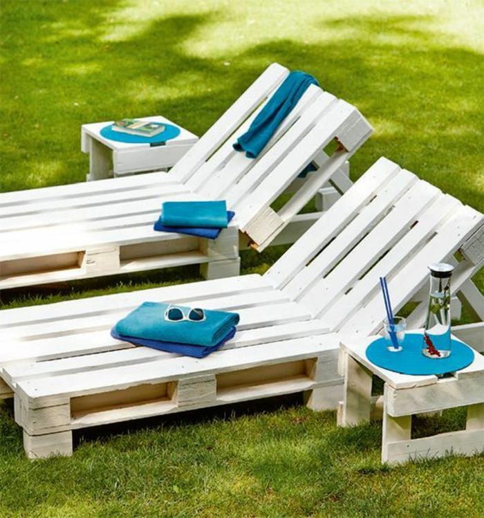 des meubles en palettes pour la plage, deux chaise-longues et deux tables basses en palettes, table de jardin en palette recouvertes de nappes rondes en bleu canard