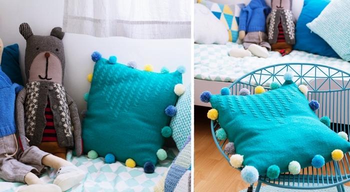 comment aménager la chambre d'enfant stylé avec couverture de lit bleu et coussins décoratifs de nuances bleu claires et foncées