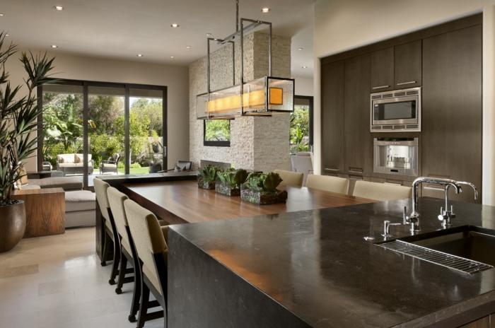 grande cuisine contemporaine, table longue en bois, ilot de cuisine noir avec évier