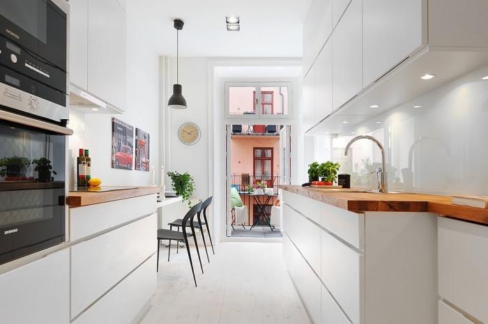 comment décorer une cuisine en blanc à design moderne avec éclairage led sous meubles et plan de travail en bois massif