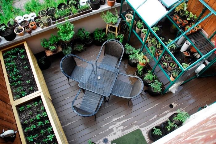 idée comment aménager une terrasse en jardin avec mobilier en table et chaise, cultivation légumes en ville
