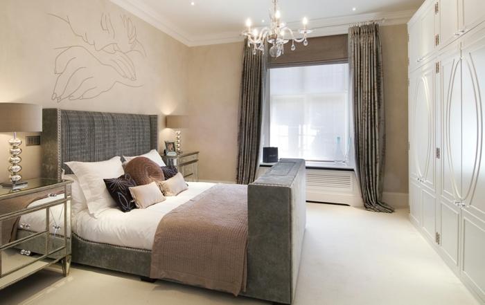 chambre à coucher taupe, plafonnier splendide, tapis blanc, plafond blanc, mur beige et grande armoire