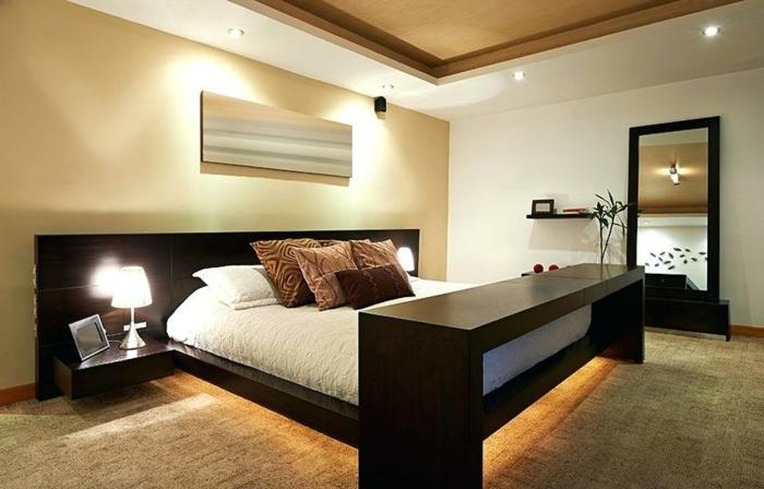jolie chambre feng shui en couleur taupe et avec lit en bois, spots encastrés et chevets flottant