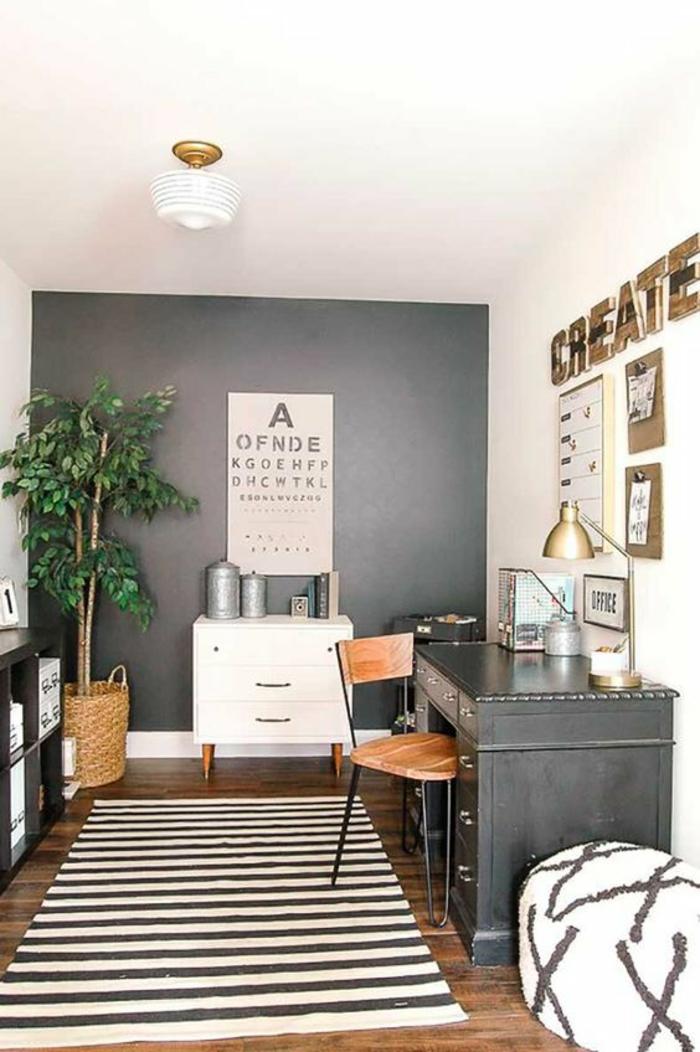 habiller un mur avec de la peinture gris anthracite, mur avec inscription grandes lettres en couleur or, parquet bois marron, tapis rayures horizontales bleu marine et blanc