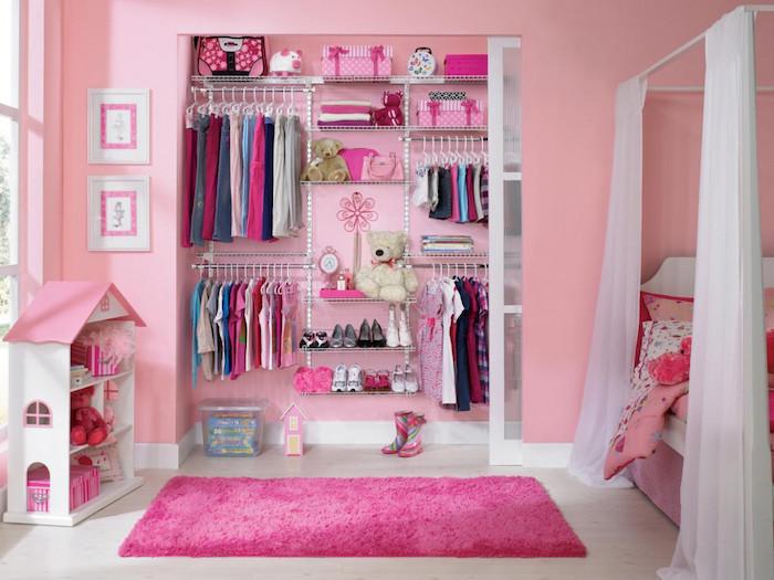 chambre de fille petite toute rose avec peinture murale et garde robe encastrée