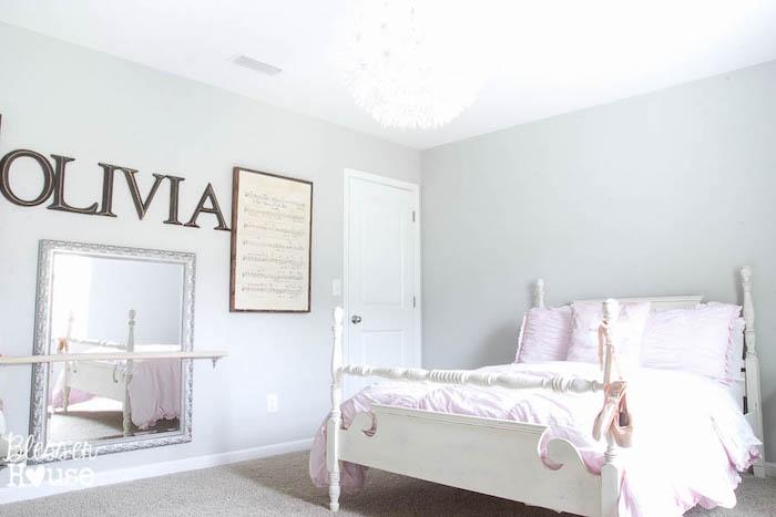 grand lit enfant en bois blanc dans chambre gris clair pour petite fille