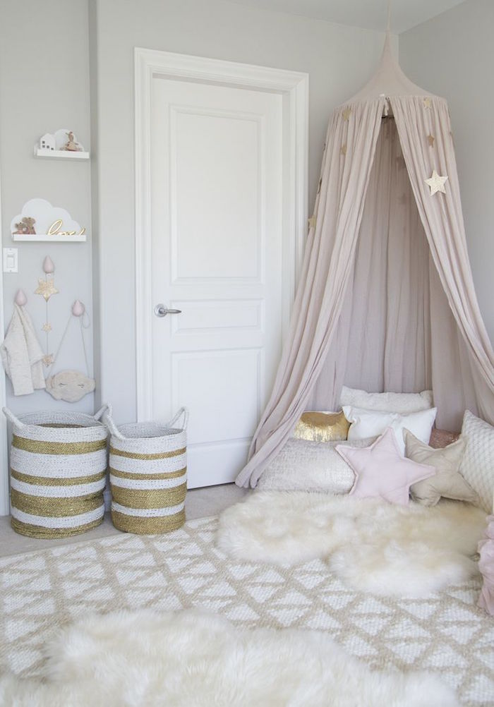idee deco chambre fille enfant style scandinave grise avec coussins poufs et tapis
