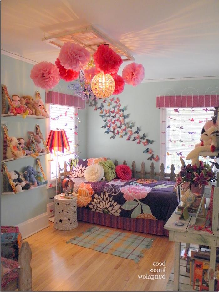 chambre de petite fille colorée avec fleurs au plafonds et mur turquoise