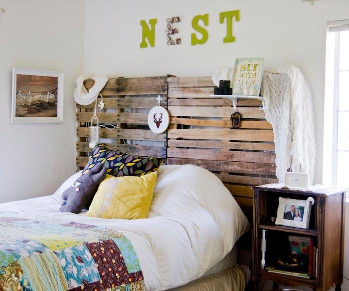 idee de tete de lit palette a faire soi meme, avec des décorations, linge de lit blanc avec coussins et couverture de lit colorée