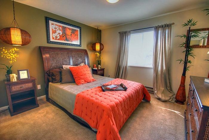 feng shui chambre à coucher, couverture de lit orange, tapis moquet beige taupe, lanternes chinoises