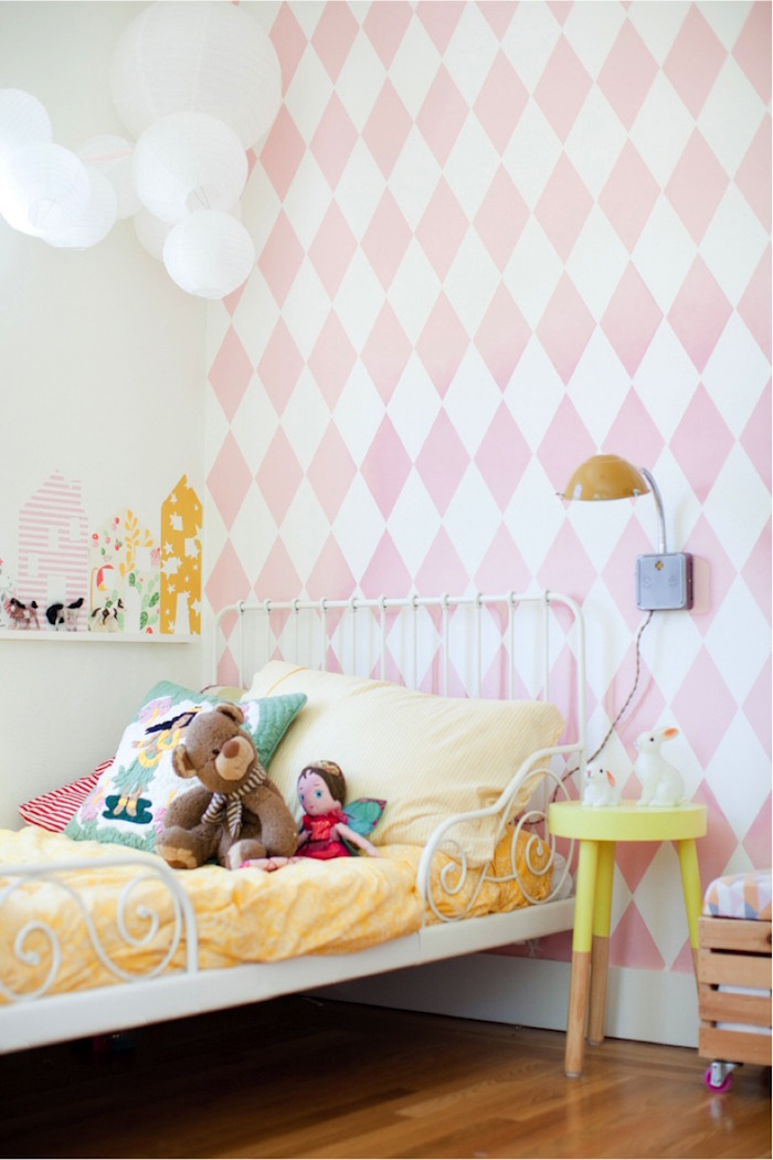 déco chambre d'enfant fille avec papier peint rose et blanc avec lit en métal blanc