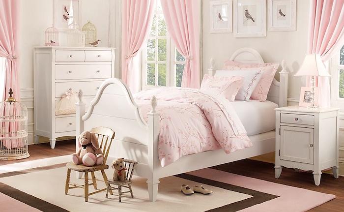 chambre de petite princesse rose pale et blanc avec mobilier rétro classique
