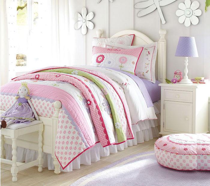 modele lit enfant sureleve avec couette muticolore rose et tapis lavande violet