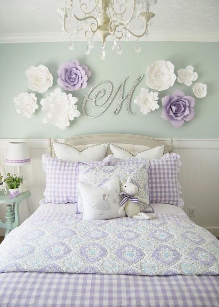 chambre fille kitsch couleur lavande avec mur blanc et vert et décoration murale fleurs