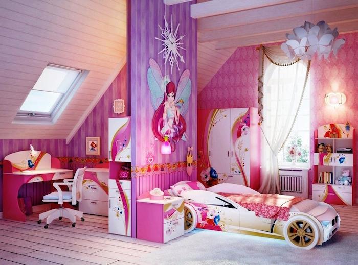 chambre d'enfant rose univers dessin animé fée clochette avec lit voiture de sport