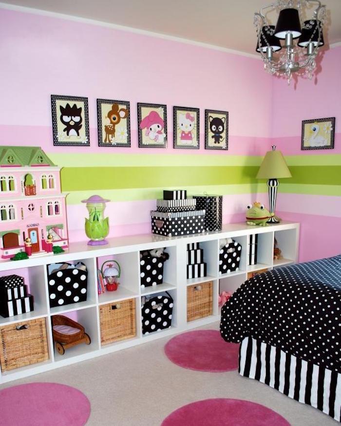 chambre fille avec tapisserie rose et vert et bibliothèque ikea expedit blanche