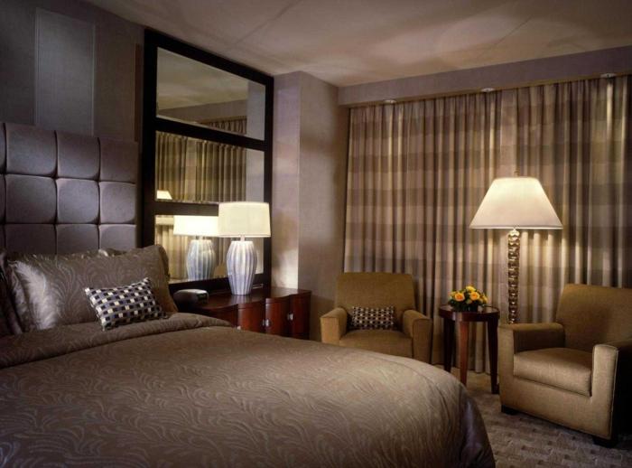 chambre en gris et beige, rideaux à carreaux, fauteuils beiges vintage, coussins