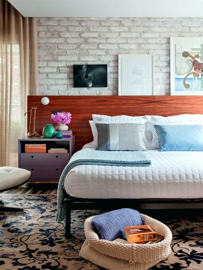 deco chambre zen avec tapis floral, tête de lit en bois, papier peint briques, chevet lilas