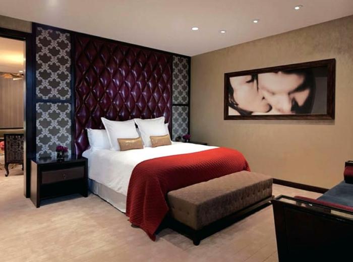 comment décorer la chambre zen, mur capitonné pourpre, photographie artistique, tapis beige