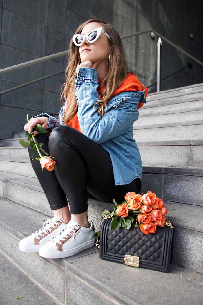 Basket tendance 2018 femme basket compensée blanche idée tenue avec baskets photo femme avec roses bouquet sac à main Chanel