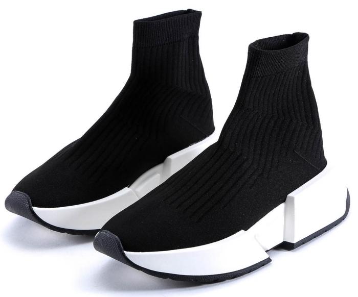 baskets tendance actuelles à design chaussette apparentes de couleurs blanc et noir, modèle de chaussures sportives pour femme