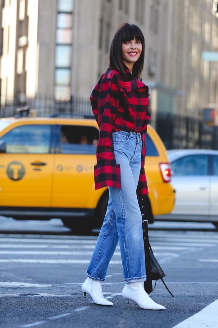 look urban chic avec jeans à taille haute combinée avec chemise loose à design carreaux rouge et noir, modèle de chaussures blanches à talons kitten