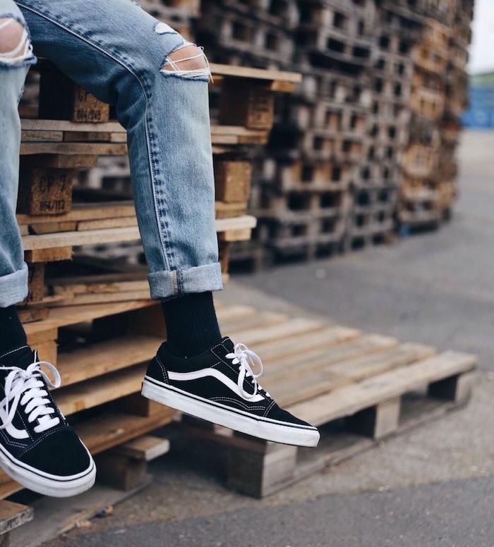 paire de chaussure stylé homme look hipster skate rock vans old skool low black