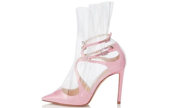 chaussure marque avec talon haut de couleur rose pastel à design lacets avec décoration à design transparent