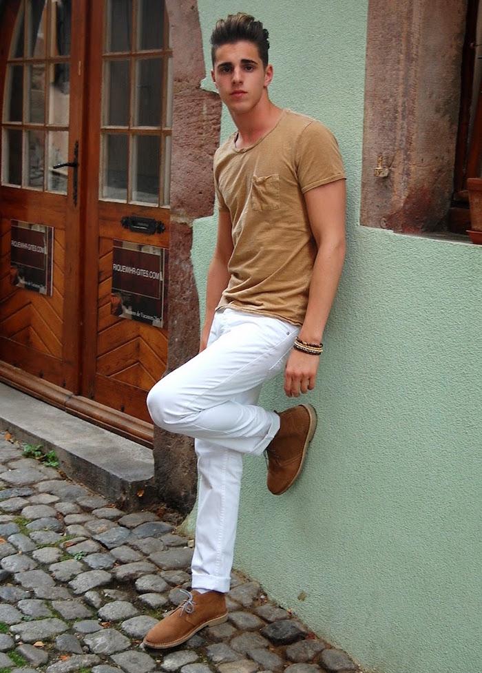 chaussure jeune homme tendance desert boots marron avec jean blanc et tee shirt beige