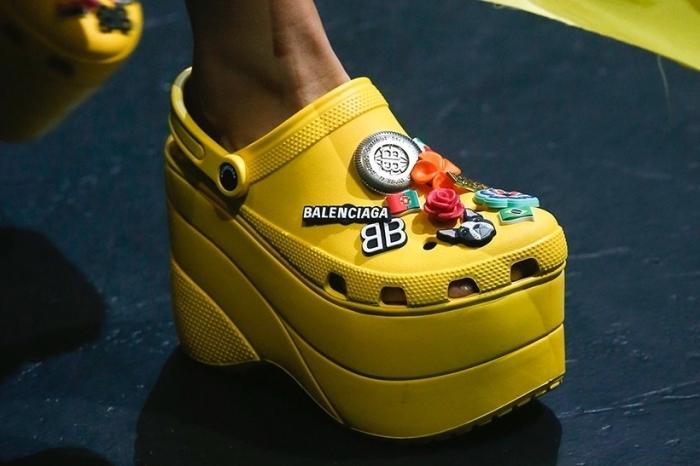 modèle de chaussures jaunes à plateforme haute joliment décorés d'ornements à design floral avec logo balenciaga
