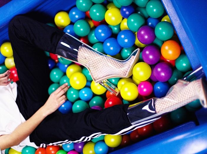 exemple de chaussure classe à design talons hauts et couleur transparente, style urban chic avec pantalon sportif et chaussures à talons