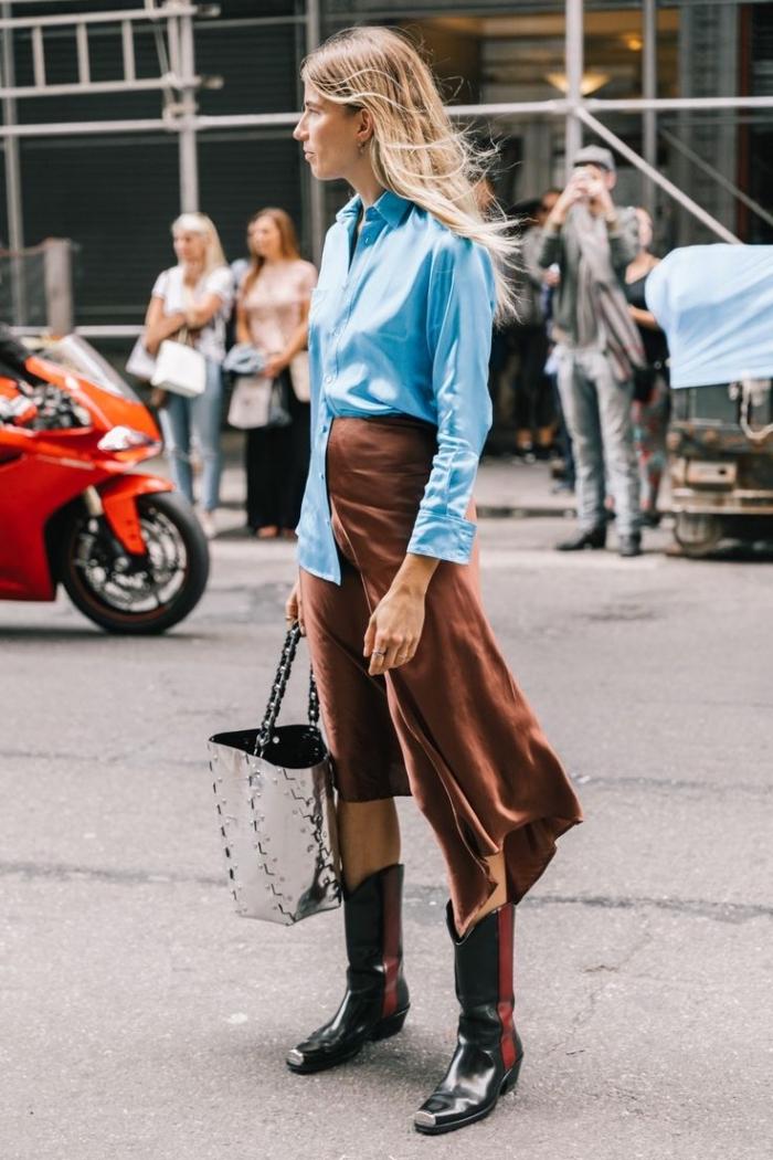 comment bien s'habiller, combiner une jupe mi longue de couleur marron avec une chemise bleu marine et boots santiags