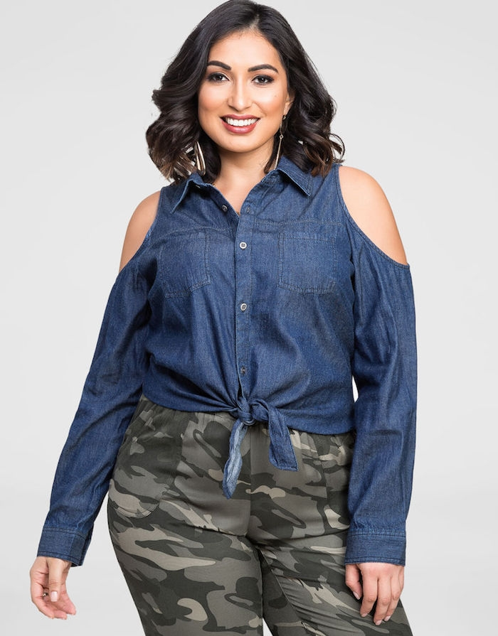 vetement grande taille femme moderne avec une chemise en jean, épaules nues et pantalon cammouflage