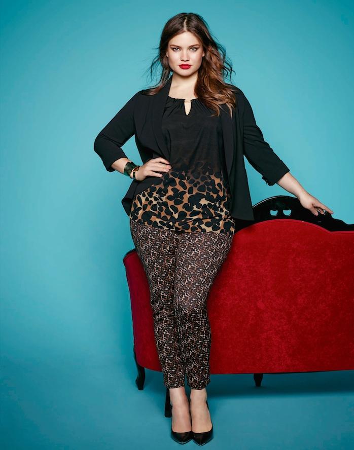 pantalon femme à imprimé exotique, chaussures à talons noirs, chemise noire bas en imprimé léopard, gilet noir