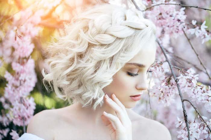 carré blond polaire ondulé, coiffure mariage tresse de coté volumineuse, idée comment créer volume capillaire