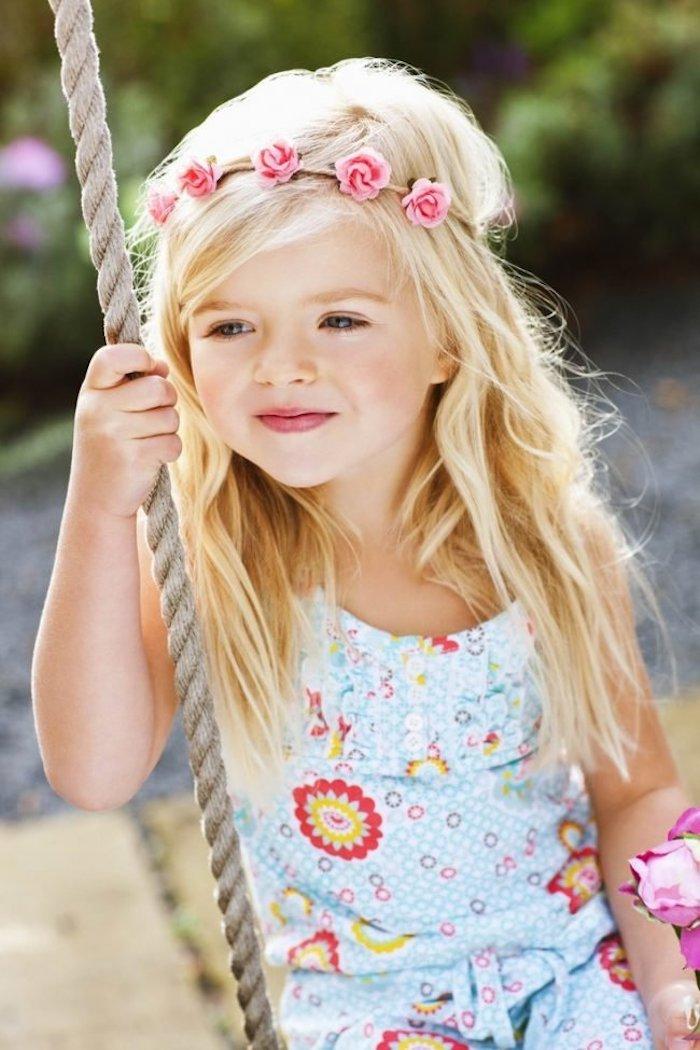 Coiffure fille mariage enfant cheveux carré long mignonne photo blonde fille cheveux longs adorablle photo fille couronne de fleurs