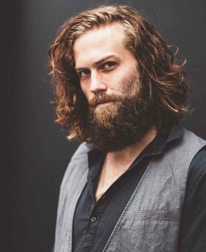 modele de coupe homme mi long blond avec grosse barbe de hipster