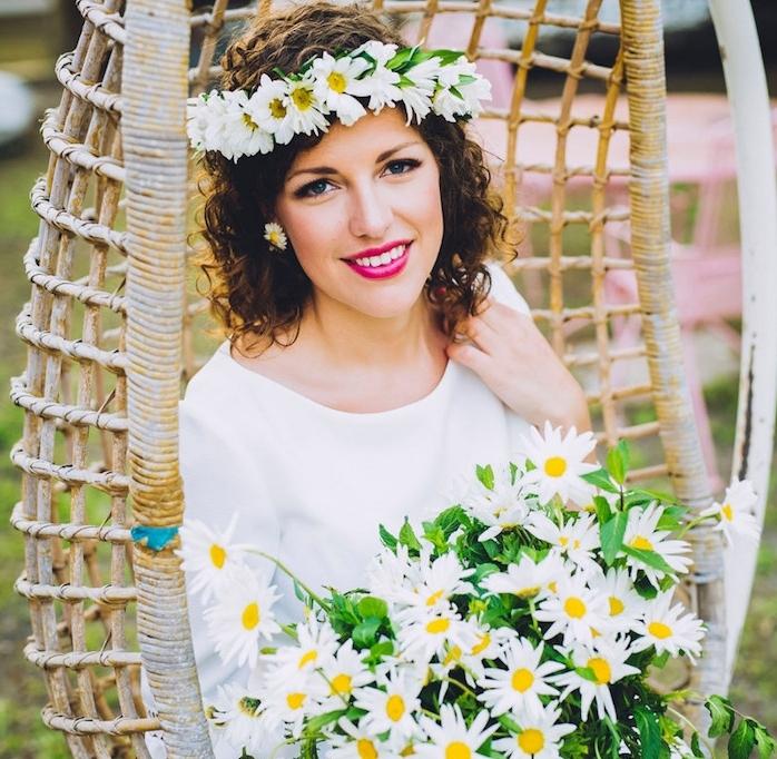 exemple de coiffure mariage cheveux mi long bouclée style boheme avec couronne de fleurs blanche marguerites, bouquet de marguerites blanches