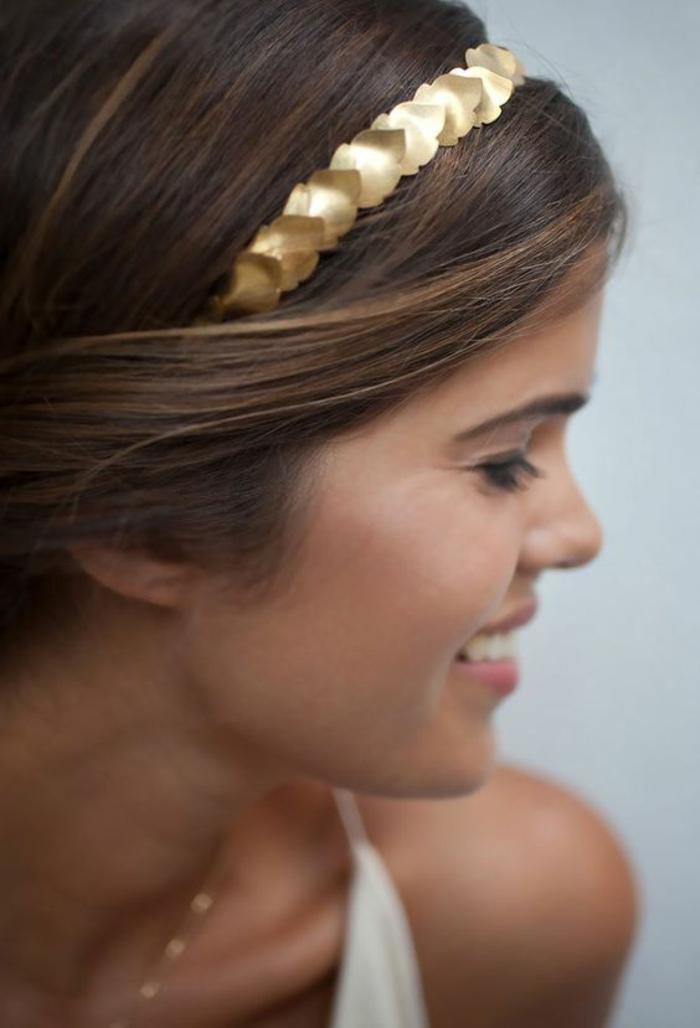 coiffure mariage cheveux court, headband cheveux courts, diadème en couleur or, motifs feuilles, éléments avec finition brillante