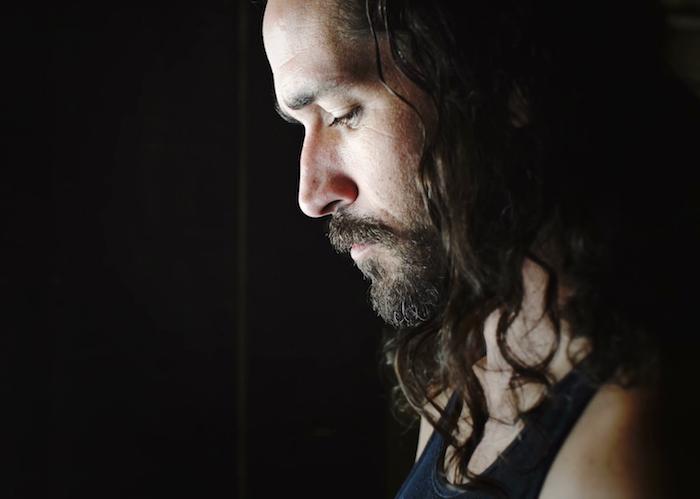 idée pour coiffure homme cheveux longs bruns ondulés et barbe courte
