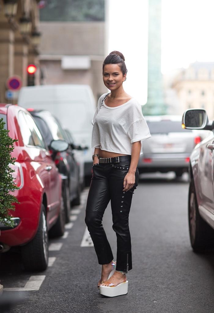 vision chic sportive de la chanteuse Inna en pantalon cuir noir combiné avec top crop blanc et paire de sandales tendance