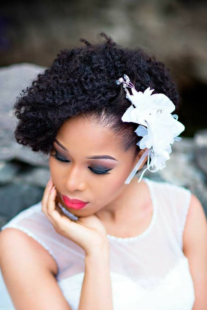 bob sur cheveux naturellement frisés noirs, décoration pour les cheveux diadème blanc, coiffure mariee, cérémonie classe, coiffure mariage cheveux courts