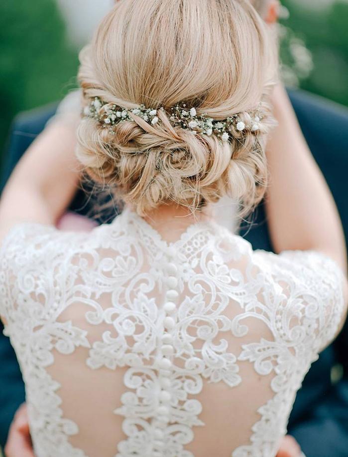 idée de chignon cheveux court avec des boucles et une couronne de fleurs blanches, comment faire un chignon flou boheme chic, robe de mariée dentelle blanche