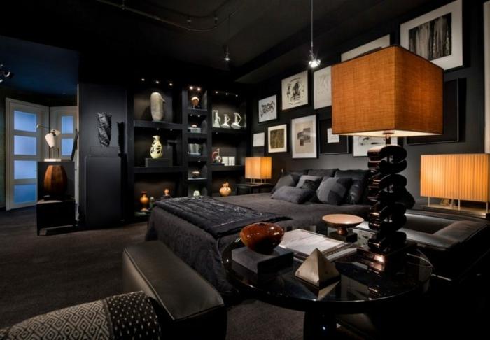 chambre à coucher noire, plusieurs objets déco, table basse ronde, photos encadrées