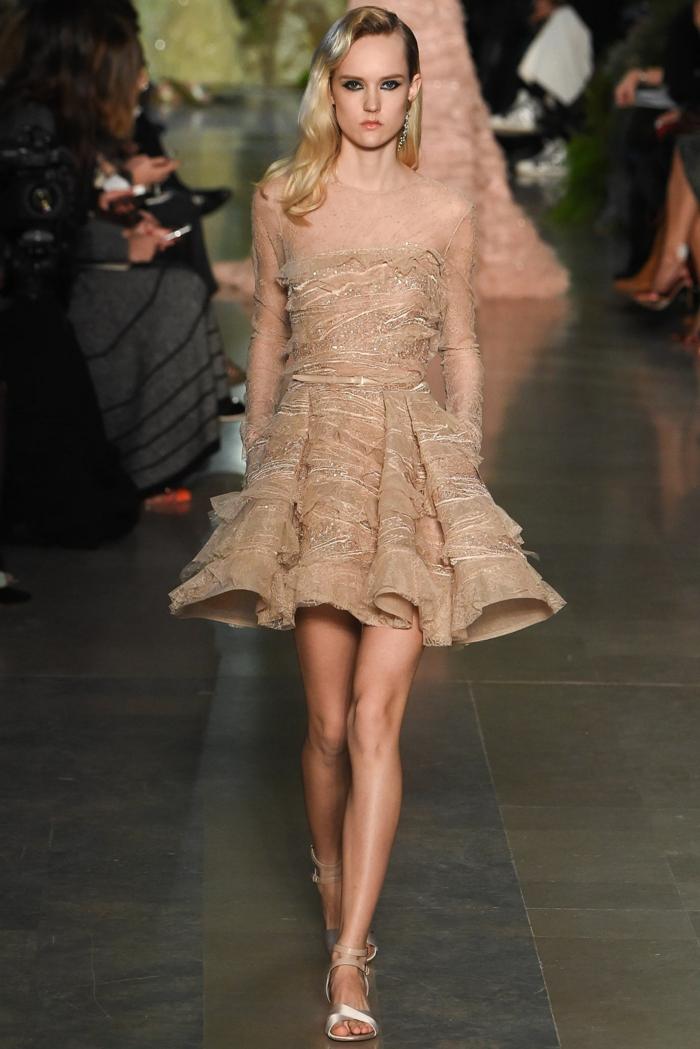 robe élégante à un défilé, couleur rose cendre, jolie jupe évasée, décolleté et manches transparents