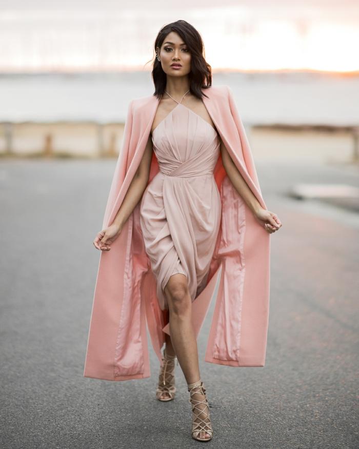 robe rose courte, design sophistiqué, robe avec palatine, décolleté intéressant
