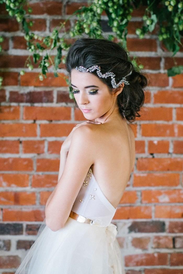 Détail robe de mariée bustier porter une couronne de cheveux bijoux de mariée idée design 2018 robe mariée blanche