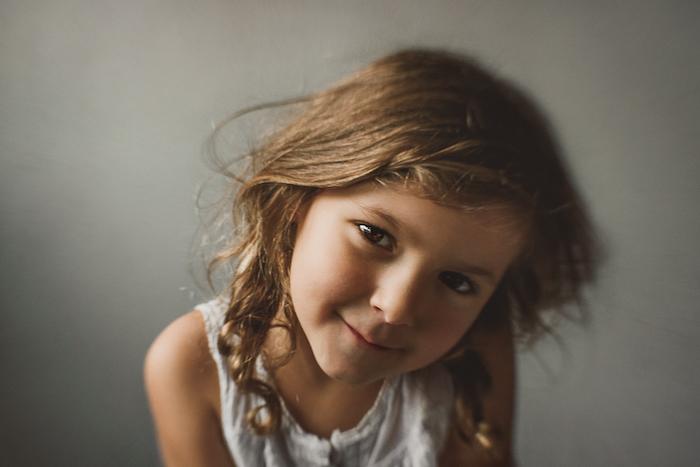 Coiffure facile et rapide coiffure petite fille cheveux court enfant fille mignonne regard d'enfant joviale